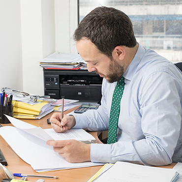 vecindia abogados especialistas en comunidades de propietarios equipo trabajando mesa - Abogados Propiedad Horizontal Fuensalida